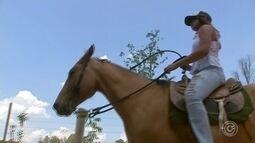 Mulheres participam da 'Cavalgada Rosa' em Sarapuí