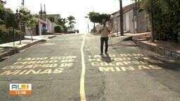 Moradores da Rua São João, no Pinheiro, pintam asfalto em forma de protesto