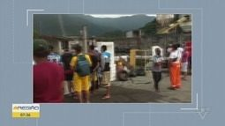 Moradores de Pilões, em Cubatão, protestam contra más condições de ruas e bloqueiam acesso
