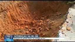 BR-280 é parcialmente interditada em Jaraguá do Sul após rompimento de tubulação