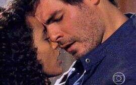 Helena e Bruno se beijam