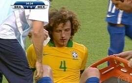 David Luiz se choca com Thiago Silva e se machuca, aos 34 do 1º tempo