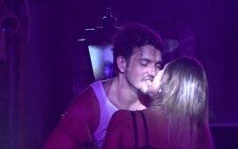 Depois de muito xaveco, Junior beija Letícia na Festa Cats do BBB14