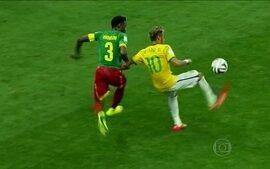 """Mesmo com lance sem gol, Neymar dá lindo """"chapéu"""" no camaronês e levanta a torcida"""