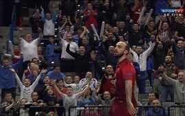 Ricardinho marca um golaço contra a Espanha pelo Campeonato Europeu de Futsal