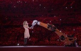 amy Purdy faz apresentação de dança acompanha de um robô industrial