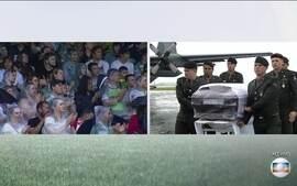 Chegada de corpos da delegação da 'Chape' em aeroporto emociona público na Arena Condá
