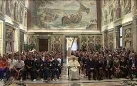 Papa Francisco recebe nadadores, dentre eles brasileiros, como Cielo e Etiene Medeiros