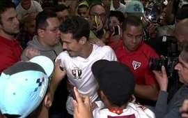 Após 7 anos, Hernanes é recebido com festa em aeroporto de São Paulo