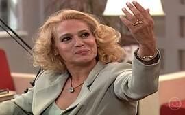 Branca mostra para Isabel o anel que Arnaldo comprou
