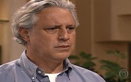 Atílio fica chocado ao saber que é o pai de Marcelinho