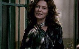 Flora visita Donatela na prisão