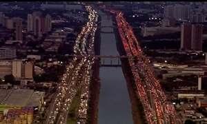 Paulistanos que moram longe do emprego perdem 20 dias no trânsito