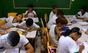 Sala de aula de 10 m² abriga 25 alunos no interior do RN