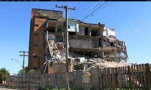 Demolição de prédio é interrompida por abrigar ninhos de andorinhas