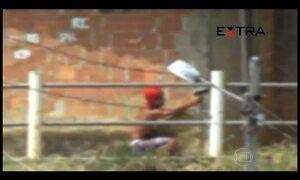 Adolescentes e crianças circulam com armas em favela do RJ