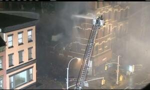 Bombeiros de Nova York tentam controlar incêndio em prédio residencial