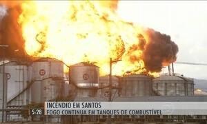 Bombeiros lutam para combater fogo em tanques de combustíveis em SP
