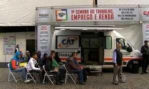 Paulistanos enfrentam chuva e duas horas de fila em busca de um emprego