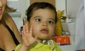 Menino com síndrome rara recebe alta após 3 anos em hospital