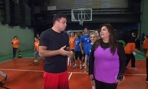 Ronaldo Fenômeno ajuda moradores a treinar antes de partida de futebol