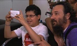Voluntários ensinam pacientes da AACD a fotografar com celular