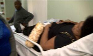 Hospitais brasileiros improvisam macas