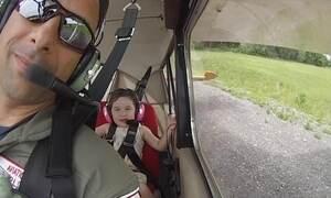 Menina de 4 anos se diverte ao voar e fazer acrobacias aéreas com o pai