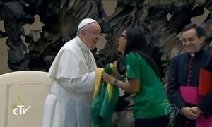 Papa Francisco se diverte durante conversa com uma jovem brasileira