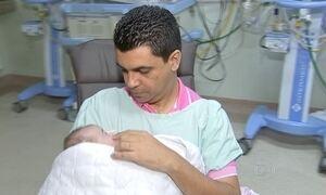 Homem passa 1º Dia dos Pais com gêmeos após esposa morrer no parto