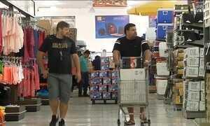 Cidades paraguaias na fronteira fazem promoções para atrair brasileiros