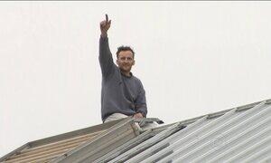 Detento protesta em telhado de prisão de segurança máxima