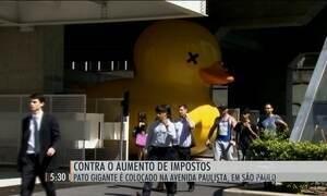 Pato gigante na Avenida Paulista chama atenção para a carga tributária