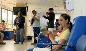 Músicos alegram pacientes com câncer em clínica