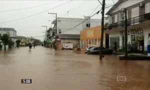 Chuva volta a castigar o RS e obriga milhares de pessoas a sair de casa