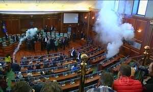 Políticos da oposição jogam bombas de gás em parlamento de Kosovo