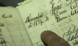 Mercearia guarda caderno de fiado com anotações de mais de cem anos