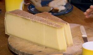 Casal passa o verão nos alpes suíços para produzir queijo único e especial