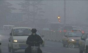 Pequim amanhece mais uma vez coberta por densa névoa de poluição