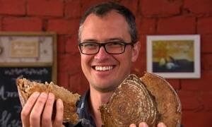 Professor fornece pães para vizinhança em troca de serviços