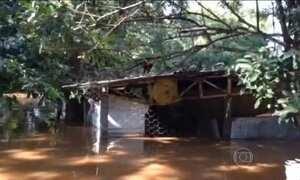 Rio transborda e água invade casas em Coronel Sapucaia (MS)