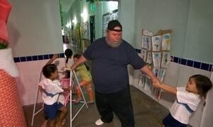 Papai Noel se disfarça para investigar comportamento das crianças