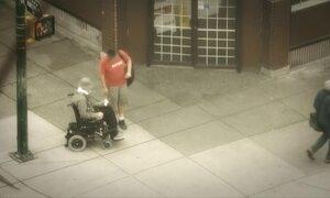 Policial finge precisar de cadeira de rodas para pegar assaltantes