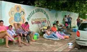 Pais passam a noite na fila para matricular filhos em creches e escolas