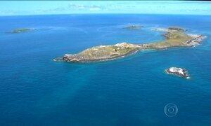 Amostras da água do mar em Abrolhos são coletadas para análise