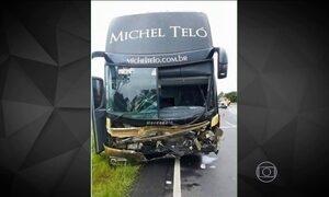 Acidente com ônibus de Michel Teló deixa três mortos no Paraná