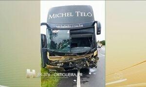 Acidente entre carro e ônibus da equipe de Michel Teló deixa três mortos