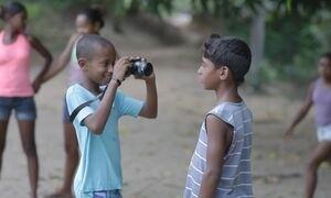Projeto ensina crianças a produzir filmes sobre a própria comunidade
