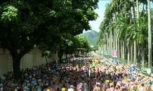 Centenas de blocos de rua desfilam no Rio de Janeiro com nomes criativos