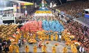 Primeira noite de desfiles em SP emociona público